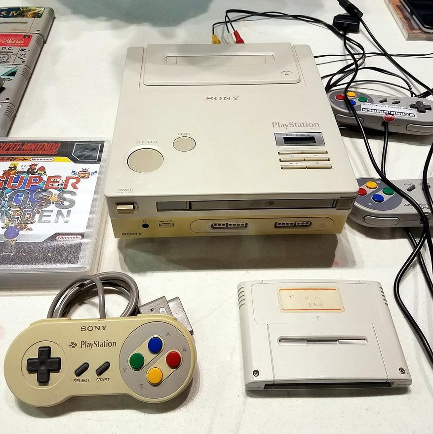 Прототип новой дисковой консоли, которую Sony разрабатывала для Nintendo. Был отвергнут последней за отсутствием перспектив.